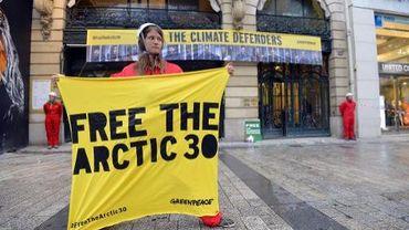 Manifestation de soutien aux 30 militants de Greenpeace emprisonnés en Russie devant le siège de la compagnie russe Gazprom, le 9 octobre 2013 à Paris