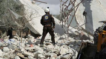 Un secouriste recherche des victimes après un bombardement russe visant le village de Jabala, dans la province syrienne d'Idleb (nord-ouest), le 2 novembre 2019