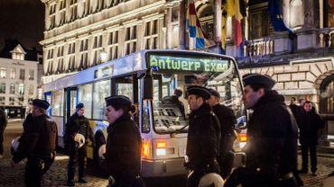 Six personnes à bord du bus, deux mères et leurs enfants, ont également été admises à l'hôpital.