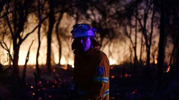 Un pompier à l'oeuvre le 7 décembre 2019 contre les incendies à une centaine de km au nord de Sydney