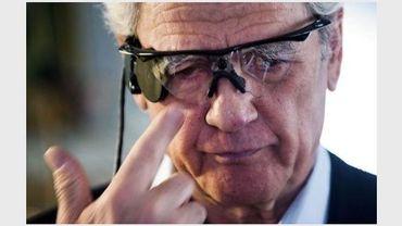 Elias Konstantopoulos chausse sa paire de lunettes reliée à son oeil bionique