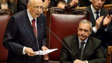 Le président italien Giorgio Napolitano (debout) aux côtés du président du Sénat Pietro Grasso, le 22 avril 2013 à Rome