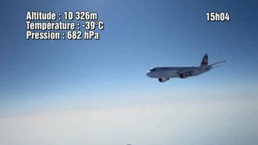 Saisi en plein vol à 750 km/h, un avion de la Swissair passe tout près du ballon des élèves du professeur de physique Florent Coulon.
