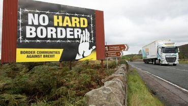 """Vue d'un panneau portant les mots """"Pas de frontière dure"""", le 1er octobre 2019 à Newry, en Irlande du Nord, sur la frontière avec la République d'Irlande"""
