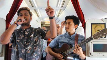 Des musiciens donnent un concert dans un avion en vol entre Jakarta et Bali, selon une photo prise le 9 janvier 2019 et diffusée par la compagnie aérienne indonésienne Garuda