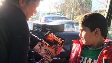 """A la montée dans le bus, les enfants de 3 à 12 ans se précipitent vers le stock de livres du chauffeur Pierre. """"Pas de contrôle, ils prennent ce qu'ils veulent, et ils ramènent quand ils veulent. Ca les responsabilise""""."""