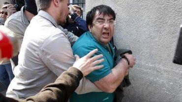 """Javier Lopez Peña, dit """"Thierry"""", escorté par la police à Bordeaux, le 21 mai 2008, après avoir été arrêté la veille dans un raid policier franco-espagnol"""