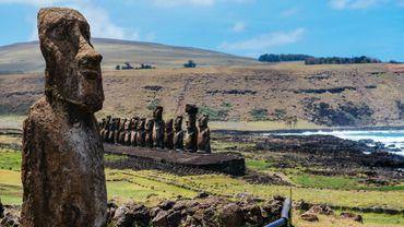 Les célèbres Moai tournent souvent le dos à l'océan