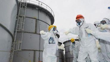 Le gouverneur de Fukushima, Yuhei sato (casque orange), visite la centrale, le 15 octobre 2013