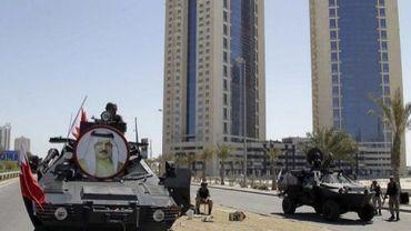 Les forces de sécurité bahreinies sécurisent le périmètre de la place de la Perle, le 19 mars 2011 à Manama