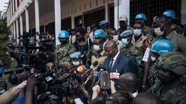 Le président centrafricain, Faustin Archange Touadera Casques bleus de l'ONU, de gardes privés russes et de membres de la garde présidentielle, s'adresse aux médias après avoir voté à l'école Barthélémy Boganda, à Bangui, ce dimanche.
