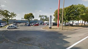 La voiture suspecte se trouvait sur le parking de l'hypermarché Carrefour à Gosselies
