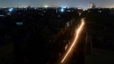 Vue générale de Karachi au Pakistan durant une panne d'électricité, le 10 janvier 2021