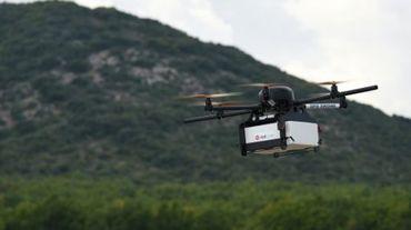 Démonstration d'un drone livreur de colis construit par Geopost, à Pourrières (Var), le 28 septembre 2015