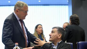Le directeur du mécanisme européen de stabilité, Klaus Regling en discussion avec Euclid Tsakalotos, le ministre grec des Finances pendant la réunion des ministres des Finances de la zone euro à Luxembourg ce lundi 10 octobre
