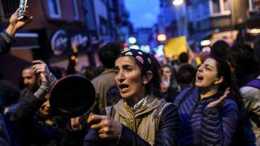"""Des supporters du """"non"""" protestent à l'annonce des résultats du référendum, à Istanbul le 17 avril 2017"""