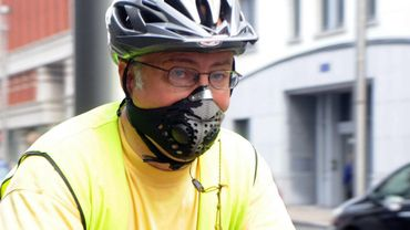 Un cycliste rue Belliard à Bruxelles portant un masque antipollution