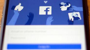 Photo prise le 10 juillet 2019 du logo de Facebook logo sur l'écran d'un smartphone. Facebook a annoncé avoir suspendu des dizaines de milliers d'applications, qui posent potentiellement un risque en termes de respect de la vie privée