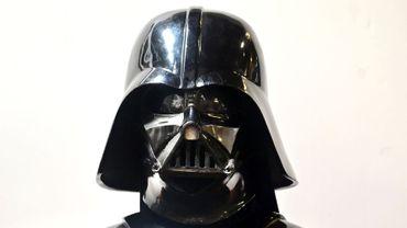 """Casque et masque de Dark Vador dans """"L'Empire contre-attaque"""" font partie des centaines de reliques liées à l'histoire de Hollywood qui seront mises aux enchères près de Los Angeles."""