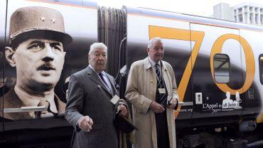 Le général de Gaulle mis à l'honneur sur un Eurostar à l'occasion de ce 70ème anniversaire - Son aide-de-camp (à gauche) et le secrétaire général de la fondation De Gaulle posent pour la photo
