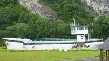 Bateau piscine à Profondeville