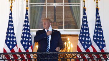 Le président américain Donald Trump enlève son masque à son retour à la Maison Blanche du Walter Reed National Military Medical Center le 5 octobre 2020 à Washington, DC.