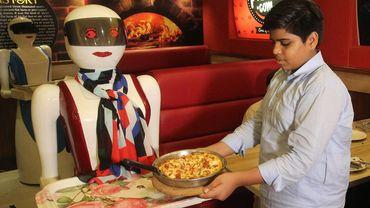 Des robots serveuses font la joie du Pakistan