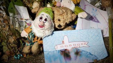 Des objets laissés en mémoire des victimes du crash du MH17, en Ukraine