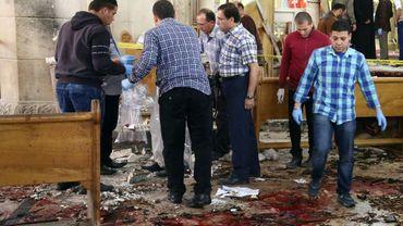Des médecins légistes cherchent des indices après l'attentat à la bombe le 9 avril 2017 dans une église de Tanta en Egypte