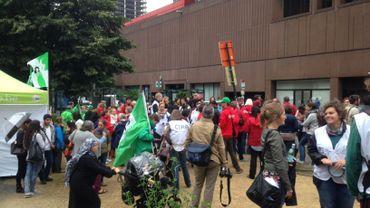 Une centaine de personnes manifestaient ce lundi matin devant l'Office des Étrangers.
