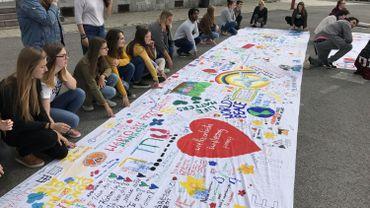 Philippeville : des toiles géantes en réponse aux attentats
