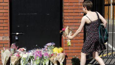 Une passante dépose des fleurs près de la mosquée de Finsbury Park