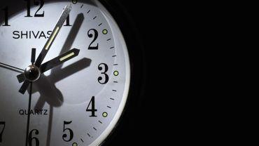 Changement d'heure: faut-il reculer ou avancer votre montre? Voici comment le retenir