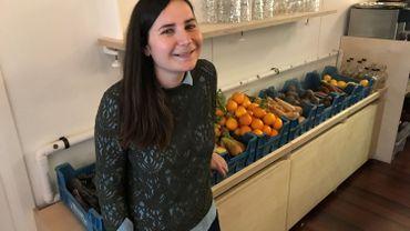Aubane Verger devant ses fruits et légumes soumis au processus humidification qui leur permet de se conserver plus longtemps
