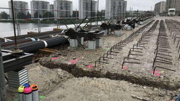 Des barres d'acier spécial et des scellements chimiques pour le coffrage du futur tablier du pont