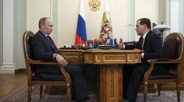 Le président russe Vladimir Poutine (gauche) et le Premier ministre Dimitri Medvedev le 27 mars 2014 à Moscou