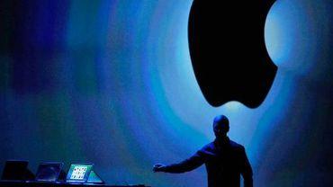Le PDG d'Apple Tim Cook devant le logo de la marque, lors d'une présentation à San Francisco, le 10 juin 2013