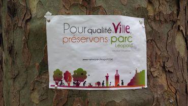 Affichage et récolte de signatures pour la sauvegarde du Parc Léopold à Namur