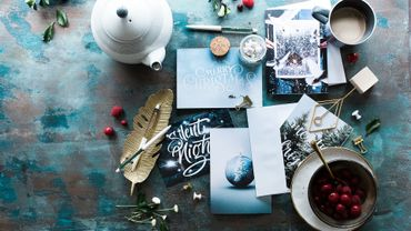 À l'heure des réseaux sociaux, la carte de vœux en papier a toujours la cote.