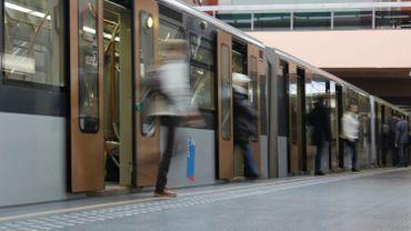 Pas encore de vitres entre le quai et la rame, dans les stations bruxelloises.