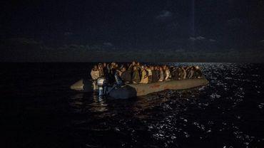 Des migrants sur un canot pneumatique au large de la Libye, le 21 décembre 2018