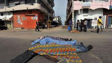 Des corps alignés le 18 mars 2011 à Abidjan