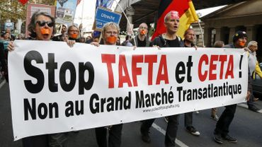 Une manifestation contre les traités TAFTA et CETA à Paris, le 15 octobre 2016.