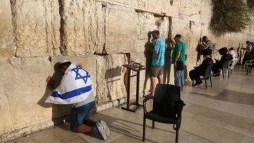 """e fait jamais référence à l'esplanade sous l'appellation de Mont du Temple et désigne d'abord par son nom arabe (al-Buraq) le parvis du mur des Lamentations, en mettant """"mur des Lamentations"""" entre guillemets."""