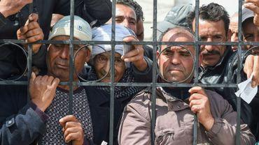 Une foule manifeste pour dénoncer les mesures de confinement devant la délégation de l'Ariana, en banlieue de Tunis, le 30 mars 2020