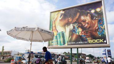 Les deux grandes brasseries ivoiriennes se sont déclaré la guerre, à coup de slogans publicitaires sur des enseignes géantes, et d'autres moyens moins légaux.