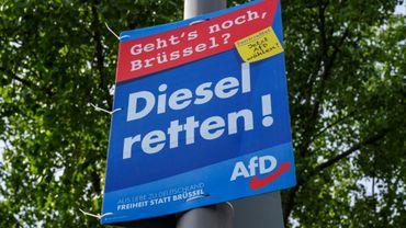"""Affiche pour les élections européennes du parti d'extrême droite allemand Alternative pour l'Allemagne (AfD) proclamant: """"sauvez le moteur diesel"""", à Berlin le 17 mai 2019"""