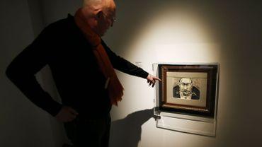 Arthur Langerman devant une caricature antisémite, lors d'une exposition à Caen en 2017