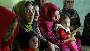 Des femmes accompagnées d'enfants écoutent une militante s'exprimant contre la mutilation génitale féminine, dans le village de Charboty Saghira, dans le Kurdistan irakien où l'excision est répandue, le 3 décembre 2018