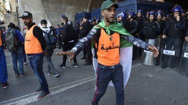 Des volontaires algériens ayant  pour mission de prévenir les heurts entre les manifestants et la police dans une rue d'Alger le 26 avril 2019